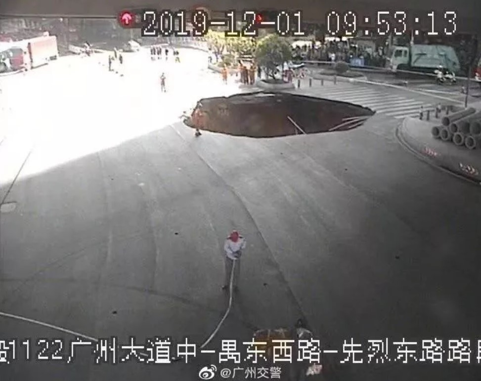 中國廣州地鐵11號線沙河站施工區1日突然發生崩塌意外,造成一輛清潔車和一部電瓶車陷落,現場還有3名人士受困。圖:翻攝自微博