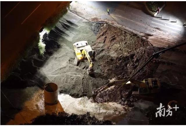 廣州塌陷路面今日凌晨搶救挖掘。圖 : 翻攝自南方日報