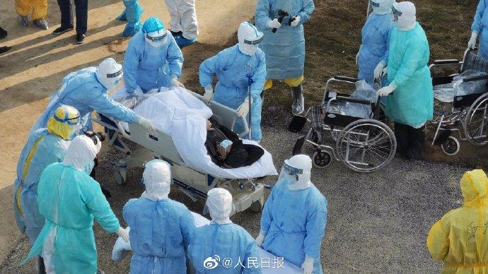 中國大陸武漢肺炎疫情擴大。圖為4日首批新型冠狀病毒感染的患者抵達火神山醫院。圖:翻攝人民日報臉書