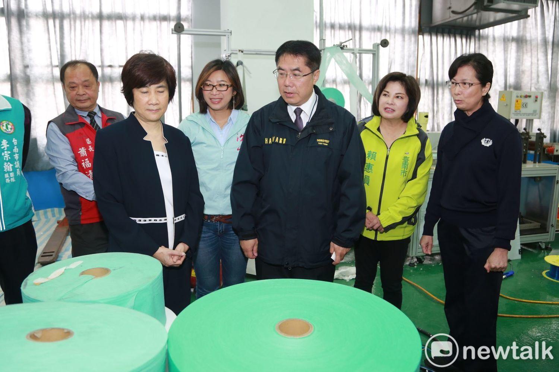 台南市長黃偉哲(中)視察口罩生產工廠。(資料照)圖:黃博郎/攝