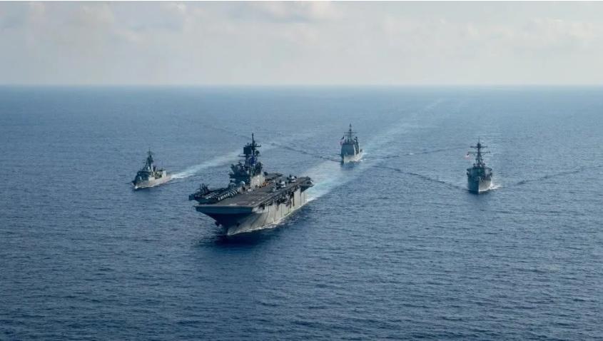 與中國軍演別苗頭,美艦帕拉馬塔號(左)與美利堅號(前中)艦隊在南海聯合行動。圖:翻攝自環球時報(資料照片)