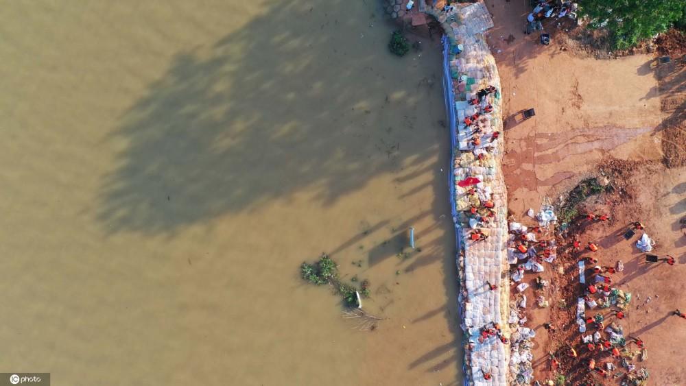 武警正在趕工築搭堤防,與時間賽跑。圖 : 翻攝自環球網