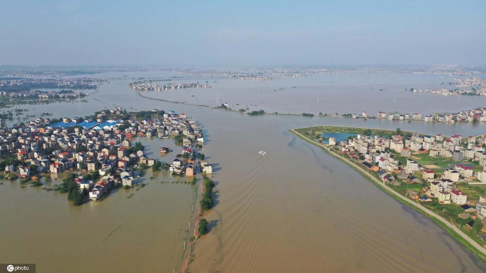中國境內連日暴雨,造成鄱陽湖周遭住戶房屋淹沒,街道變成河流。圖 : 翻攝自環球網