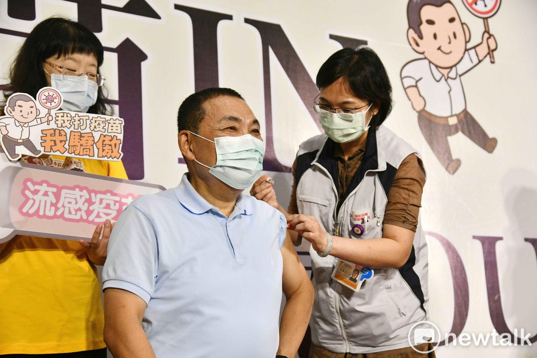 新北市長侯友宜「以身試打」流感疫苗。 圖:王峻昌/攝