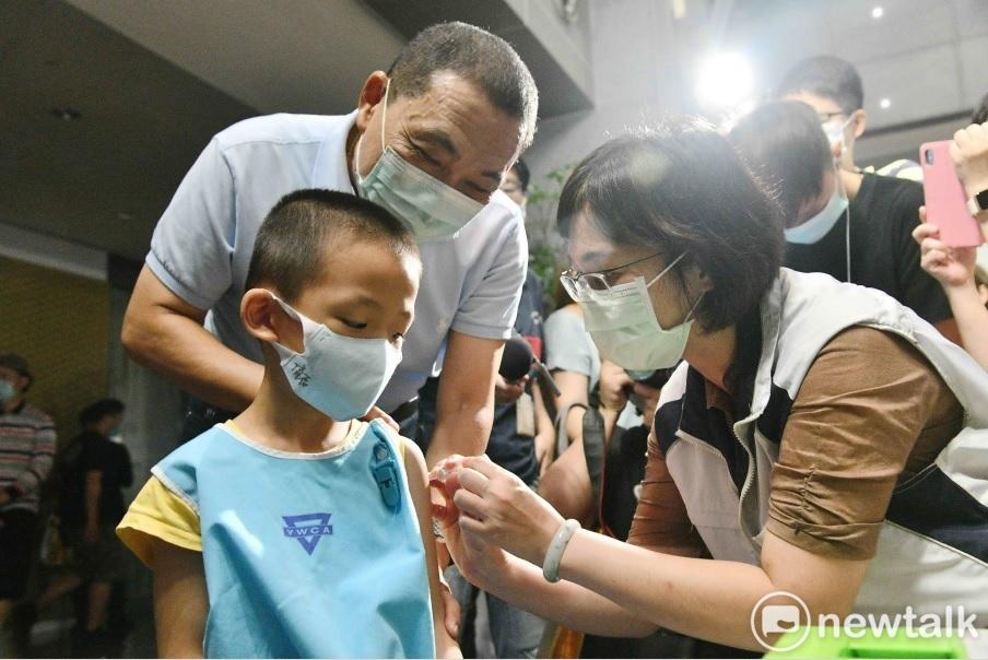 新北市長侯友宜鼓勵民眾接種流感疫苗,並觀看小朋友接種情形。圖:王峻昌/攝