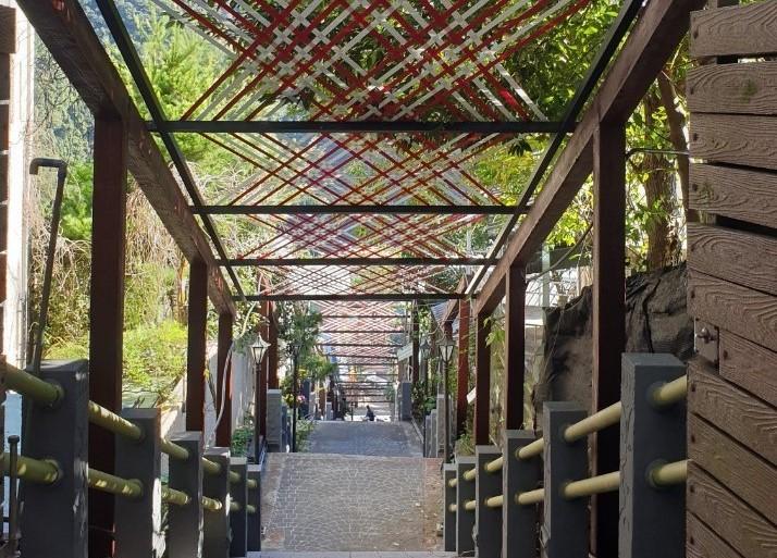 在烏來第一市民運動中心旁,織藝廊道已悄然完成,利用泰雅族特有的編織紋路創作這獨一無二的天空廊道。 圖:新北市原民局提供