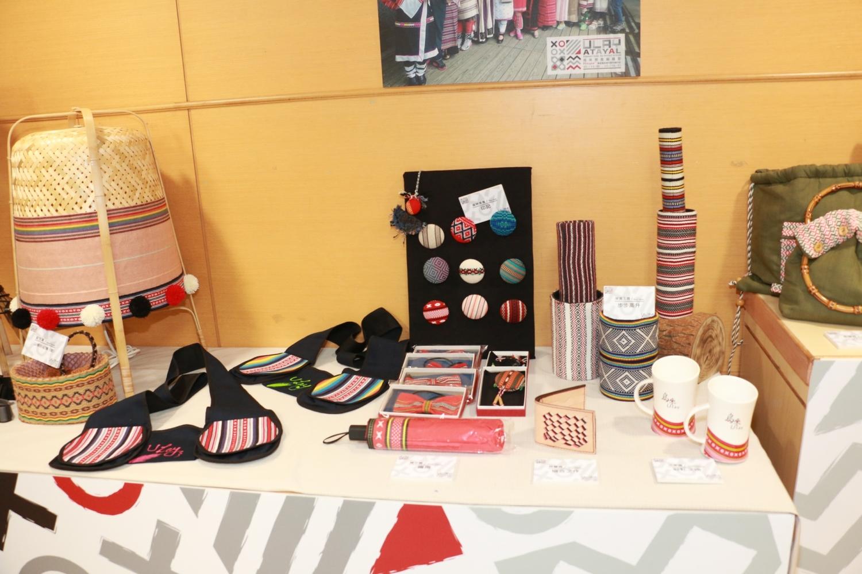 10月8日在記者會上,展示由烏來泰雅族織女精心製作的的各項作品,作品皆會於10月15、16日在2020烏來泰雅編織節展出,歡迎民眾前往參觀 圖:新北市原民局提供