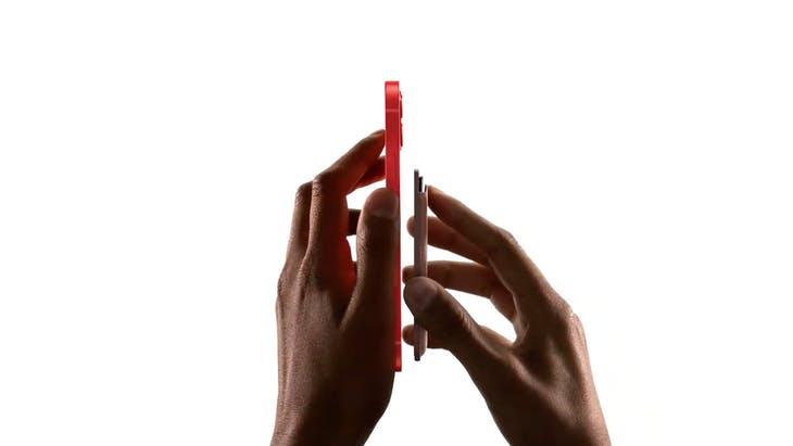 蘋果推出MagSafe皮革卡套,可直接吸附在手機背面。圖:翻攝自Apple