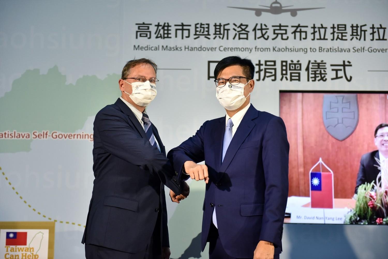 El alcalde de Kaohsiung, Chen Qimai, donó 300.000 máscaras a la provincia de Bratislava, capital de Eslovaquia, en nombre de la ciudad de Kaohsiung.  La imagen muestra la ceremonia de donación de máscaras de hoy (24) Imagen: recuperada del Facebook de Chen Qimai