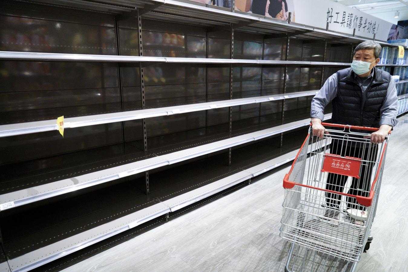 武漢肺炎疫情爆發初期,民眾在恐慌的心情下,到大賣場瘋狂搶購衛生紙、食物等民生物資。圖:張良一/攝