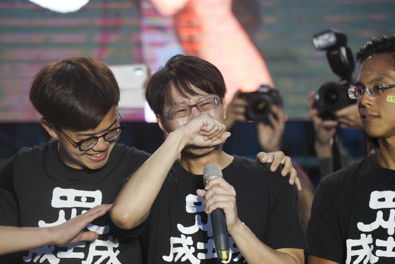 罷韓成功,法定領銜人陳冠榮在光復高雄總部發表談話前激動落淚。圖:張良一/攝
