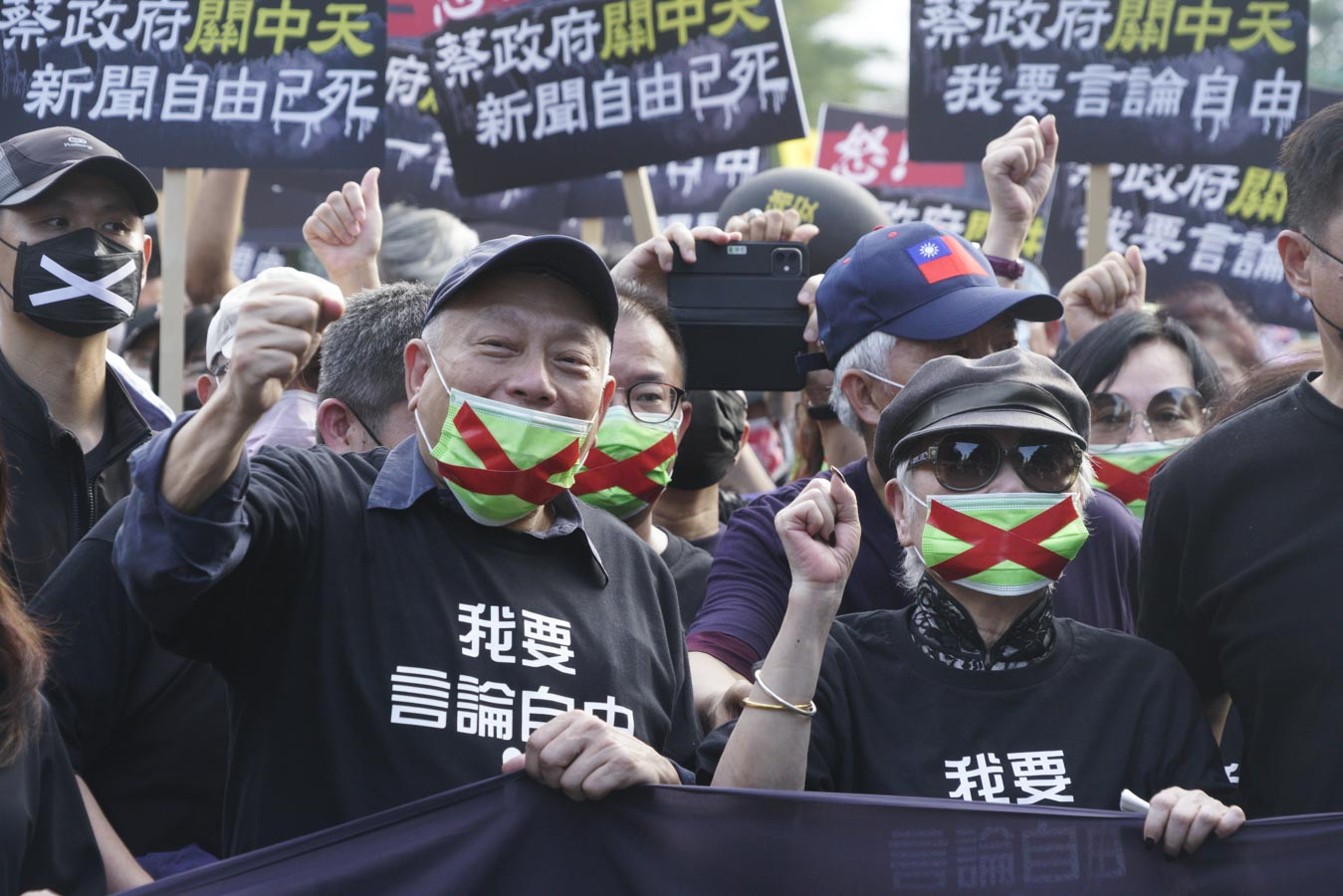 旺旺集團總裁蔡衍明與聯合報發行人王效蘭在秋鬥遊行現場同框,並高喊我要新聞自由等口號。圖:張良一/攝
