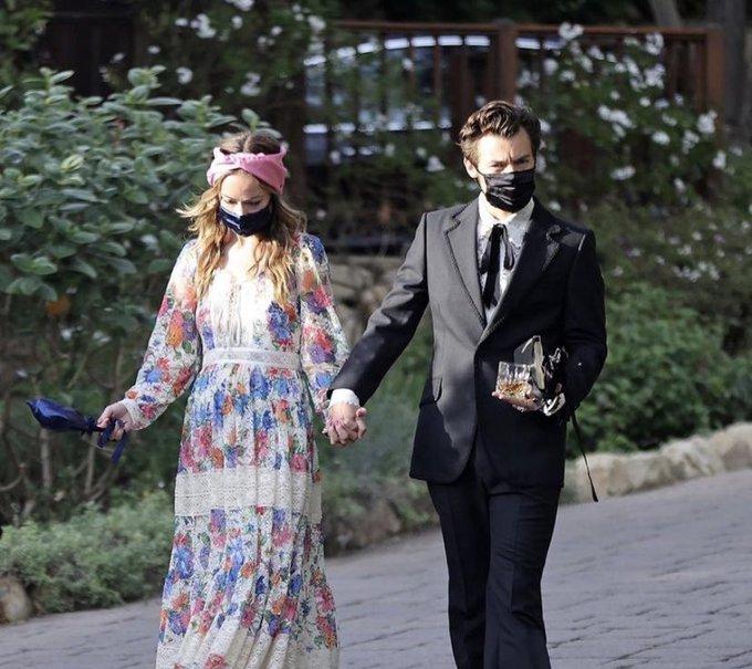 哈利和奧利維亞被拍到十指緊扣去參加經紀人的婚禮。圖:取自PageSix網站
