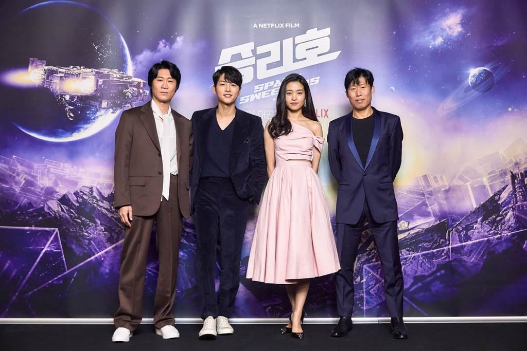 昨(2)日電影《勝利號》舉辦上映記者會。(左起為陳善奎、宋仲基、金泰梨、柳海鎮)圖:Netflix/提供