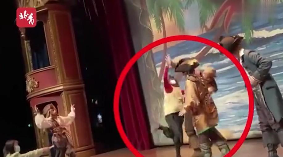 「哪配當中國人」女子看劇突爆走 揍上海迪士尼演員:你個美國人的豬