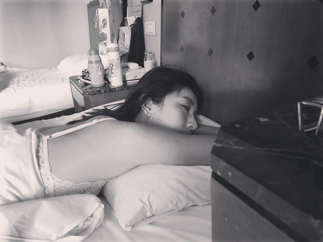 4歲Lucy拍下隋棠超性感睡姿!零修圖素顏雀斑全曝光