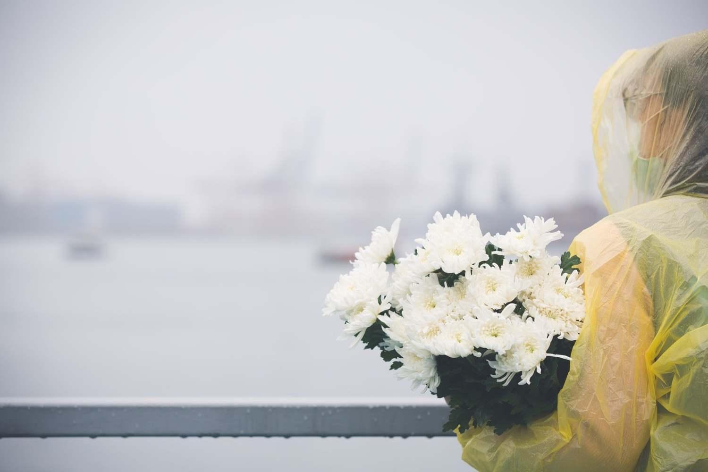 紀念追思活動尾聲,林右昌與全體與會人員將菊花拋入海中。圖:取自林右昌臉書