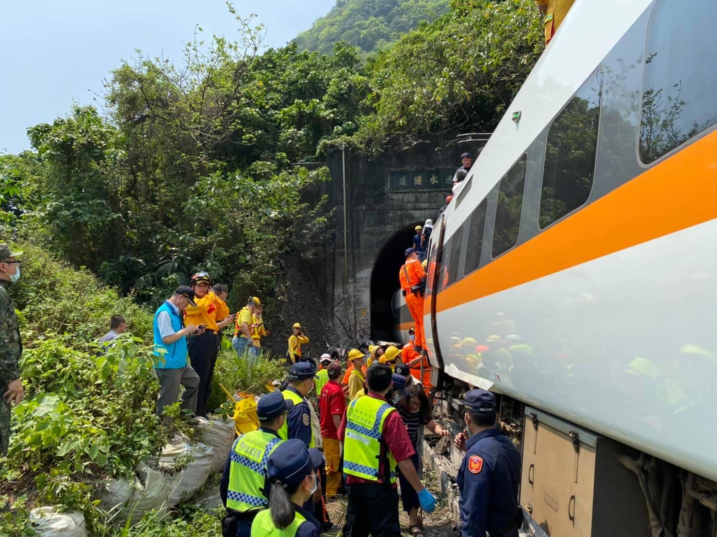 台鐵408車次太魯閣號日前發生出軌意外,釀成至少50人死亡,200人受傷的悲劇。圖:翻攝自海巡署東部分署臉書 (資料照)