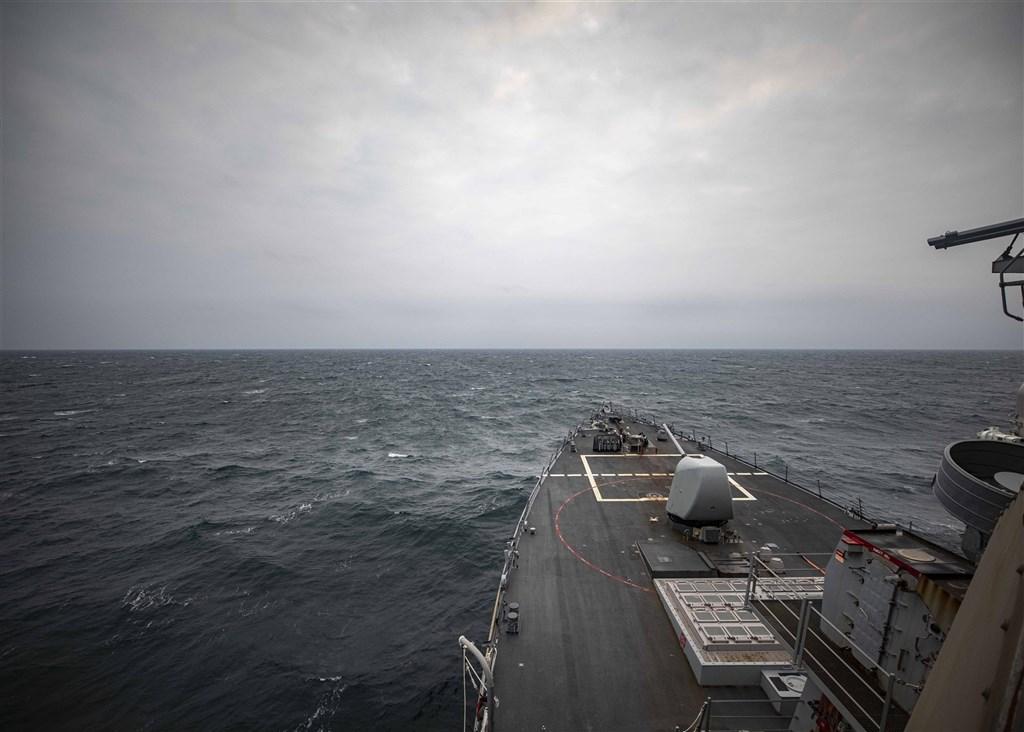 美軍伯克級神盾驅逐艦馬侃號7日通過台灣海峽。圖:翻攝美軍第七艦隊臉書