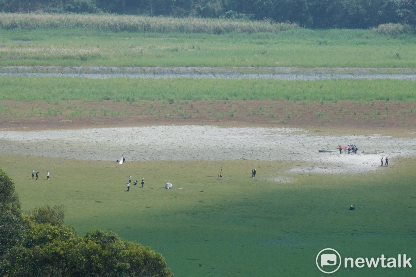 日月潭大竹湖進水口一帶湖底龜裂長出青草,被網友稱作是日月潭大草原,也引來許多民眾走進湖底一睹乾旱奇觀。圖:張良一/攝