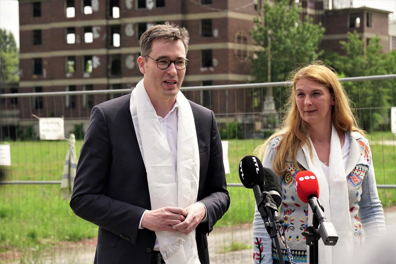 布達佩斯市長蓋爾蓋伊(左)與布達佩斯第九行政區區長巴蘭尼依,2日出席復旦分校街道改名儀式,痛批親中當局不顧民意。圖:翻攝自卡拉松尼臉書