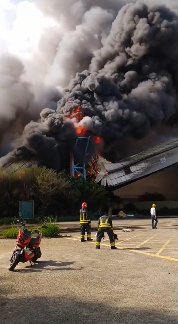 中火TR-62輸煤轉運塔之運煤輸送帶起火。網友/提供