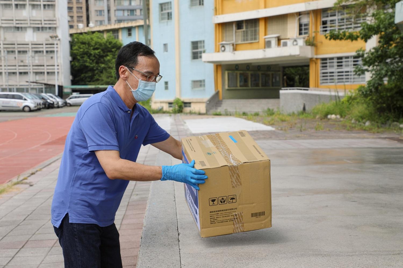 ▲援助防疫車隊,國民黨前主席朱立倫再捐20萬醫療手套、口罩。 (圖/新頭殼)