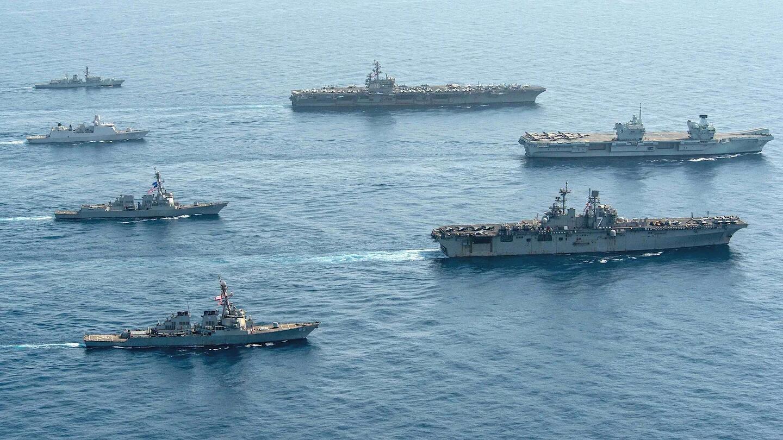 「伊麗莎白女王號」航母12日在亞丁灣與美國海軍的「雷根號(CVN-76)」航母和「硫磺島號(LHD-7)」兩棲攻擊艦組成「三航母」聯合編隊展示武力。圖:翻攝US NAVY官網