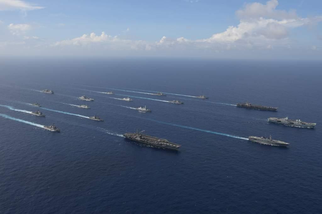 10月2至3日6國17艦在沖繩西南海域演習,包括美國「卡爾文森號(CVN-70)」、「雷根號(CVN-76)」,英國「伊麗莎白女王號(R08)」航母,以及日本準航母「伊勢號(DDH-182)」在內。 圖:翻攝 防衛省 海上自衛隊推特