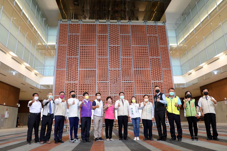 由經濟部全額出資逾20億元打造的大台南會展中心,9月底已正式完工,黃偉哲今日邀請經濟部國際貿易局及營運商集思國際會議顧問有限公司,一同來見證這項重大建設的成果。圖:台南市政府提供